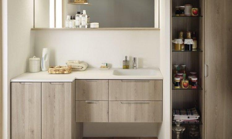 Composition mobilier Salle de bains, avec meuble pour machine à laver encastrée.